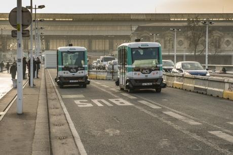 Поулицам Парижа начали курсировать беспилотные маршрутки