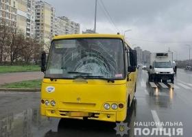 Возле пешеходного перехода в Киеве маршрутка насмерть сбила женщину
