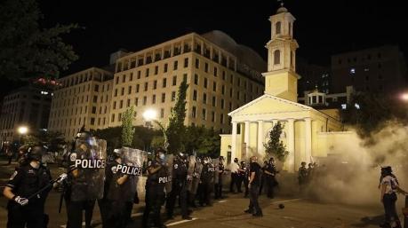 Американські радикали плюндрують церкви, а ЗМІ порівнюють рецидивіста з Нобелівським лауреатом