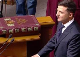 Во время инаугурации Зеленский положил локоть на Конституцию Украины