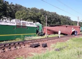 Смяло вагоны, столб и будку: в Кировоградской области cошел с рельсов