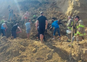 На пляже в Одесской области произошел оползень: под землей ищут людей