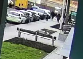 Под Киевом группа подростков набросилась с кулаками на дворника: инцидент попал на видео