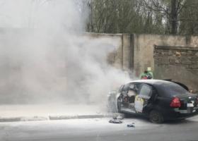 В Одессе иномарка врезалась в забор и загорелась, водитель погиб