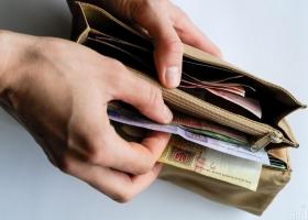 Украинским учителям и медикам повысят зарплаты: названы сроки и суммы