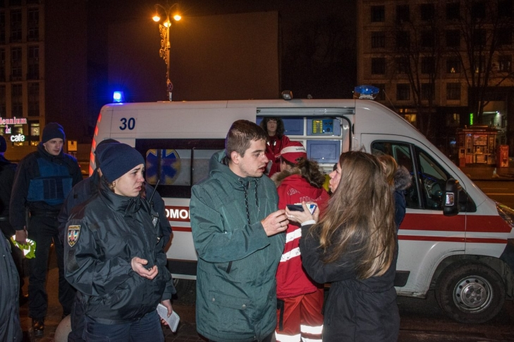 Сотрудники ресторана SoloPizza выгнали посетителей и избили их на улице (ВИДЕО, +18)