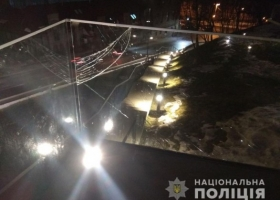 Пьяный киевлянин во Львове разбил стеклянную ограду мемориала Героев Небесной Сотни