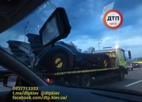 В Киеве на эвакуаторе заметили автомобиль известного супергероя