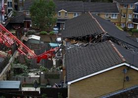 На жилые дома в Лондоне упал 20-метровый кран: есть жертвы