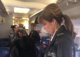 Засосанная в иллюминатор женщина спасла 149 человек