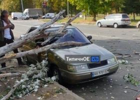 По Харькову пронесся ураган: разбиты машины, пострадала девушка