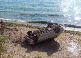Безопасность жизнедеятельности: автомобиль рухнул на головы одесских пляжников
