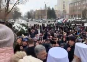 «Вас Господь попустит»: Порошенко предложил поставить свечку активисту, спросившего его о коррупции (ВИДЕО)