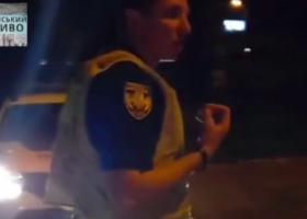 В Киеве патрульный выбил телефон из рук женщины и попал на видео
