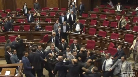 В парламенте Армении депутаты пошли стенка на стенку. Видео