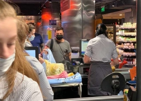Зеленского из-за маски почти никто не узнал в супермаркете