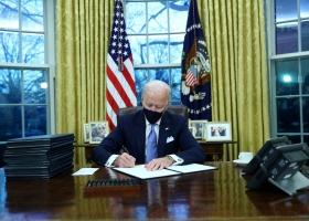 Вернул США в ВОЗ и климатическое соглашение: Байден подписал первые указы на посту президента