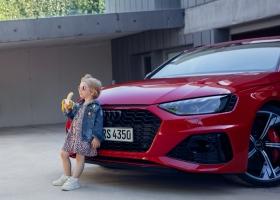 Audi пришлось извиняться за фото ребенка с бананом у авто. В нем увидели сексуальный подтекст и угрозу жизни