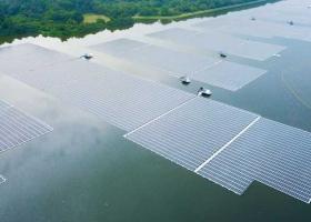 В Сингапуре огромной плавучей солнечной фермой управляют с помощью дронов