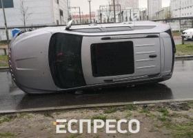 В Киеве произошло серьезное ДТП, авто перевернулось