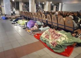 Полиция не реагирует на ромов, валяющихся на грязном полу киевского вокзала