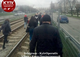 В Киеве задымился вагон трамвая. Пассажиры шли на работу по шпалам