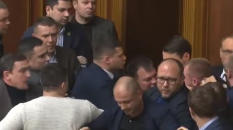 Их бьют, а они крепчают: Арахамия заявил, что драки в парламенте делают «слуг народа» крепче и сплоченнее