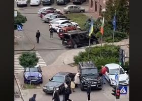 В Киеве водитель пытался избить женщину после ДТП, она оригинально