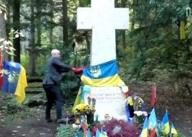 Против кремлевского пропагандиста Грэма Филлипса могут завести уголовное дело за надругательство над могилой Бандеры