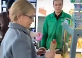 Не щадя живота своего: Тимошенко показательно съела хот-дог на заправке