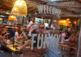 Чтобы меньше контактировать с людьми: в Испании пиццерия впервые в стране запустила виртуальных официантов