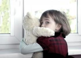 В России трехлетний ребенок несколько дней провел в квартире с мертвыми родителями