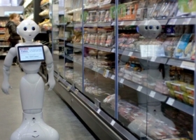 Робота из шотландского супермаркета уволили за некомпетентность