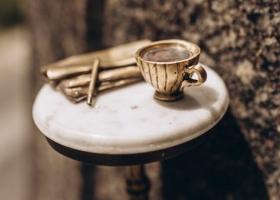 Кофе, газета и карандаш: где искать новую столичную мини-скульптуру