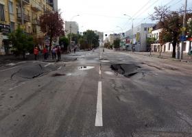 После очередного потопа в центре Киева провалился асфальт
