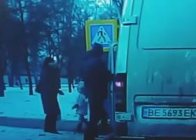 В Николаеве водитель едва не наехал на пешехода с ребенком, после чего пытался его избить