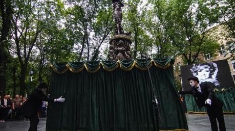 По-дебильному написано: властям Харькова пришлось снять табличку с памятника Гурченко