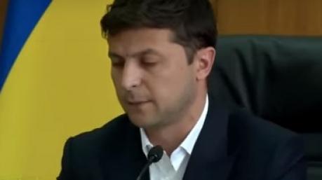 Передумал: изгнанный с совещания «разбойник» решил не подавать на Зеленского в суд