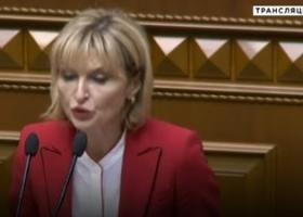 «Бляха-муха» третьего тысячелетия: Ирина Луценко перепутала шпаргалки, выступая в Раде (ВИДЕО)