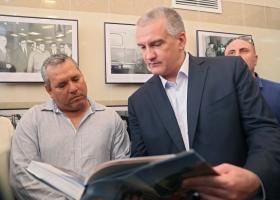 Сын Че Гевары в оккупированном Крыму смотрел книгу с Аксеновым и рассказывал о сумасшествии Трампа