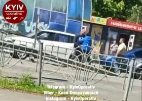 В Киеве водители устроили эпичные разборки после ДТП, все попало на видео
