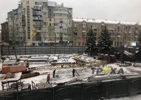 В Харькове строительный кран обрушился на вагончик с рабочими