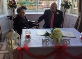 100-летняя британка вышла замуж за своего 74-летнего партнера, с которым была вместе 30 лет