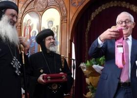 Премьеру в церкви достался в подарок розовый галстук Трампа