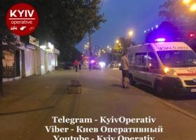 В Киеве из-за ДТП авто отбросило на тротуар: травмированы двое пешеходов