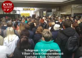 В сети показали переполненную станцию столичного метро: киевлян просят ее