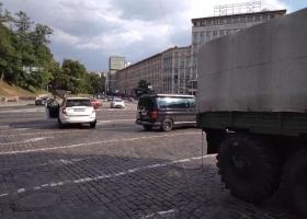 Отказали тормоза: в Киеве военный грузовик протаранил машины и вылетел на тротуар