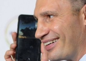 Психика не выдержала: Кличко начал забирать у журналистов телефоны