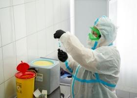 Медики утверждают, что им приходится выбрасывать часть доз вакцины от коронавируса