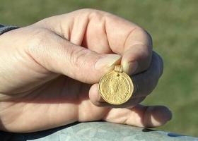 Британка с помощью металлоискателя нашла золотую подвеску возрастом около 1,5 тыс. лет
